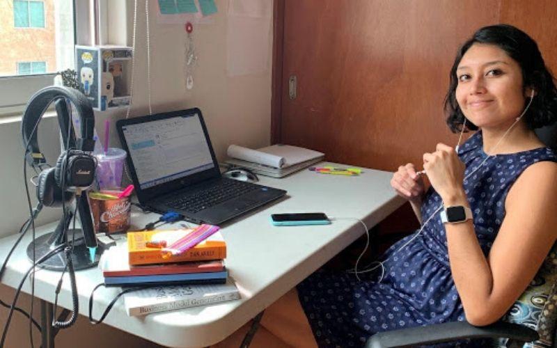 Angélica Solís trabajando desde casa