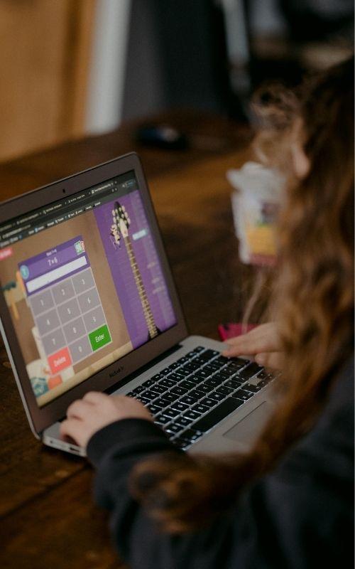 Niña tomando clases a distancia, educación virtual