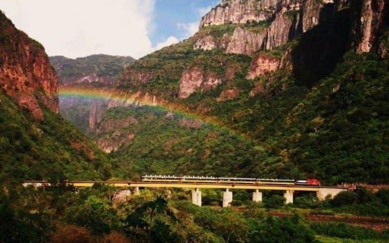 Pasiaje de puente en barrancas y tren el chepe