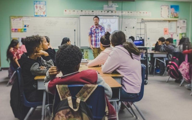 Estudiantes tomando clases. Educación virtual