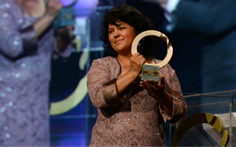Berta Cáceres recibiendo el Premio Ambiental Goldman